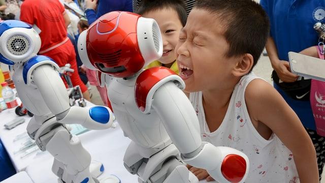 Kind mit Roboter.