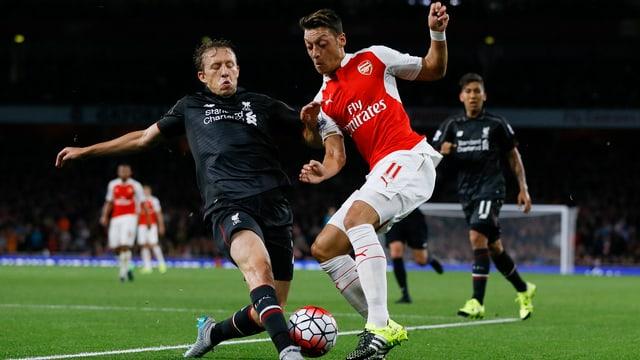 Lucas Leiva und Mesut Özil im Zweikampf