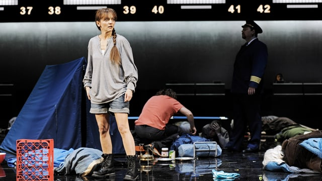 Maya Boog als «Manon» in einem Flughafen als Bühnenbild.