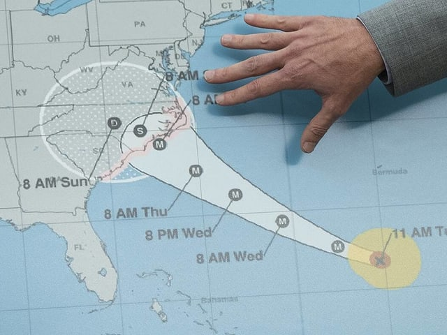 Wetterkarte mit einer Hand