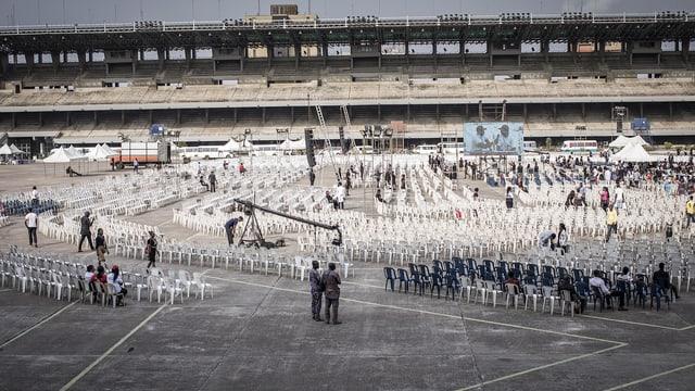 Ein riesiger Platz mit sehr vielen leeren Stühlen.