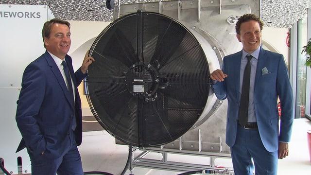 Zwei Männer an beiden Seiten eines CO2-Filters.