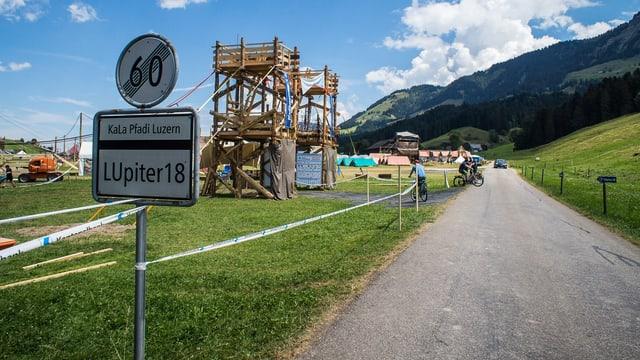 Auf der Zufahrt zu ihrem Kantonslager haben Pfadfinder eine Ortstafel mit der Aufschrift «LUpiter 18» angebracht.