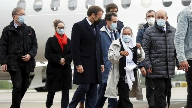 Macron in Begleitung der 75-jährigen Entwicklungshelferin