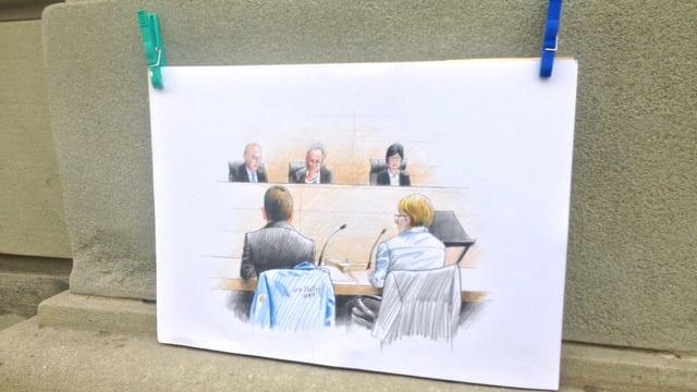 Zeichnung aus einem Gericht, im Vordergrund der Angeklagte und sein Verteidiger, im Hintergrund die Richter