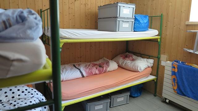 Zwei Kajütenbetten in einem kleinen Raum.