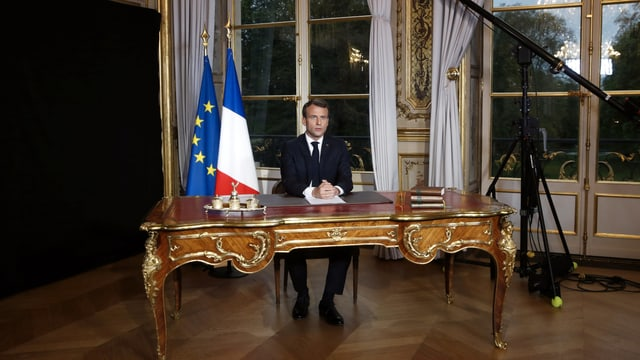 Macron an seinem Tisch