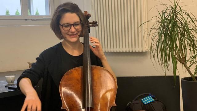 Cristina Janett che suna il cello.