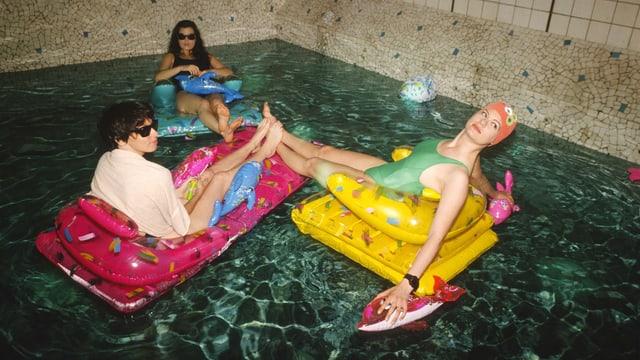 Drei Frauen auf Luftmatratze