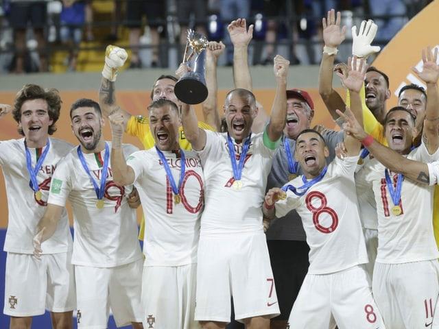 Portugals Beachsoccer-Spieler mit dem WM-Pokal.