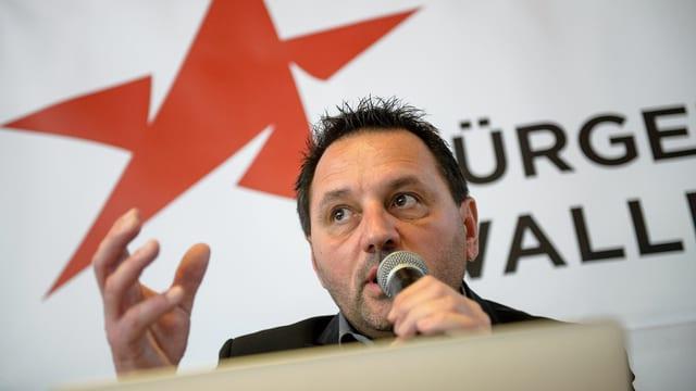 Jean-Marie Bornet vor dem Logo seiner neugegründeten Partei.