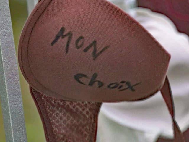 """Ein BH mit der Aufschrift """"Mon choix""""."""