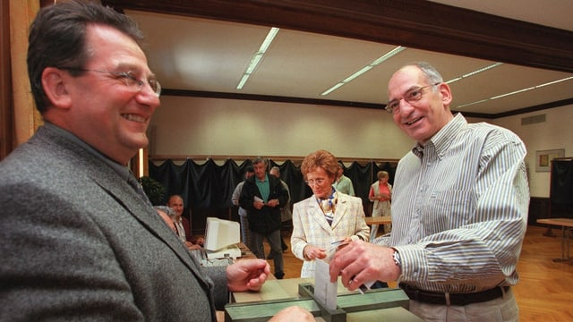 Pascal Couchepin legt seine Stimme in eine Wahlurne