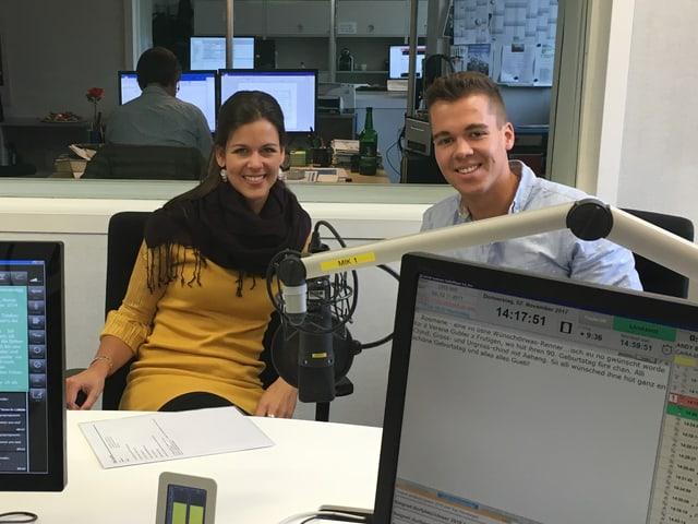 Mike und Melanie Oesch im Studio hinter Mikrofon.