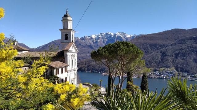 Blick auf die Kirche von Vico Morcote, im Hintergrund die verschneite Spitze des Monte Generoso.