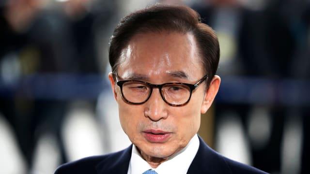 Koreanischer Mann mit Brille, Portrait.