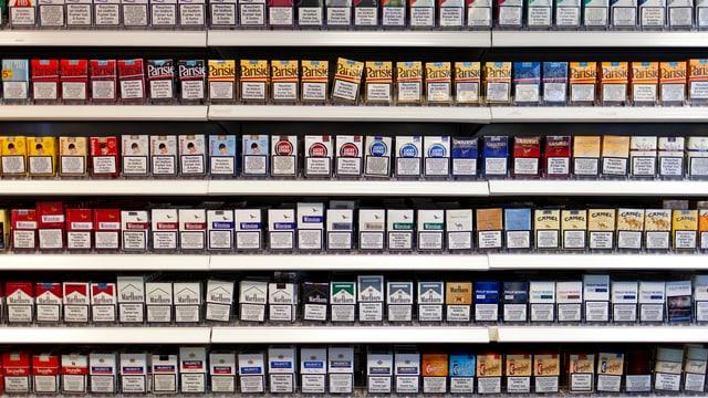 Verkaufsgestell mit Zigaretten-Päckli.