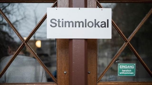 Schild zu einem Stimmlokal