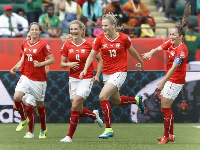 4 Schweizer Spielerinnen jubeln auf dem Rasen.
