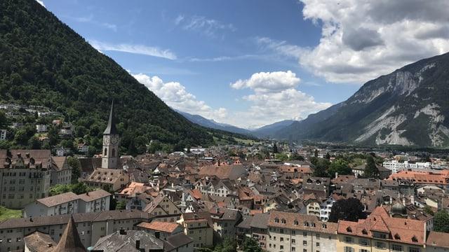Blick über die Stadt Chur mit ein paar Quellwolken über den Bergen.