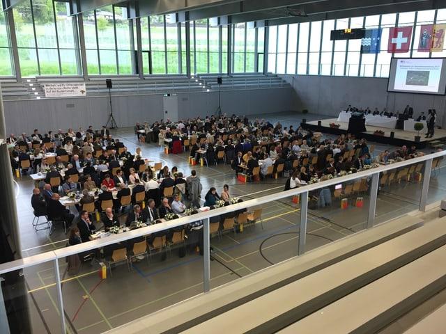 Versammlung in einer Turnhalle.