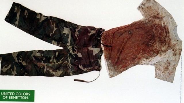 Ein blutverschmiertes T-Shirt und eine Camouflage-Hose. Eine Werbung für Benetton.