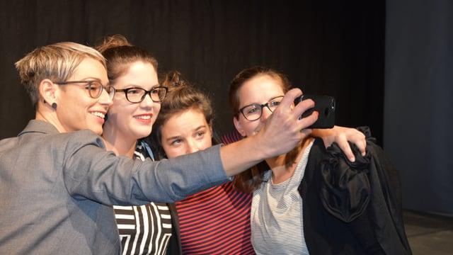 Las dunnas fan in selfi.