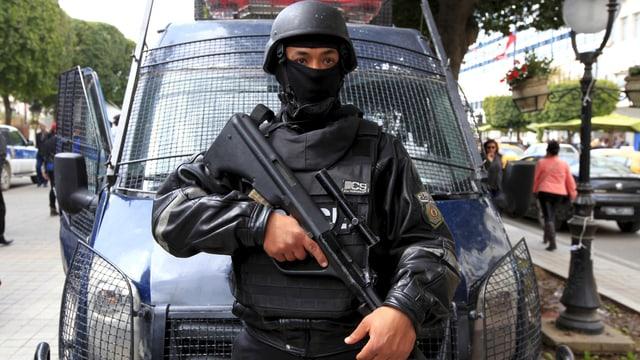 Bewaffneter Soldat vor einem Fahrzeug in Tunis.