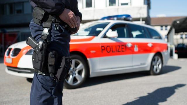polizist stat avant in auto da polizia dal Grischun
