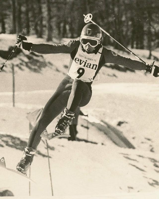 Schwarz-Weiss-Fotografie von einem Skirennfahrer.