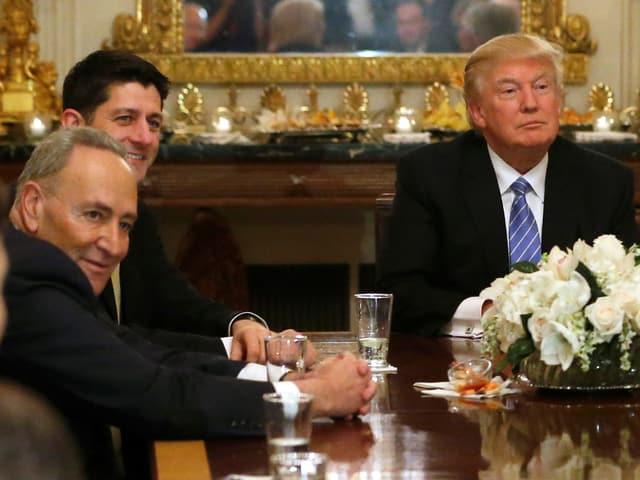 Chuck Schumer neben dem Republikaner Paul Ryan und US-Präsident Donald Trump im Weissen Haus, 23.1.2017