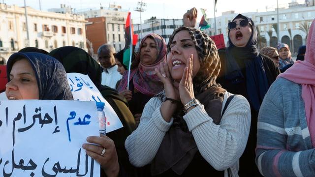 Frauen demonstrieren.