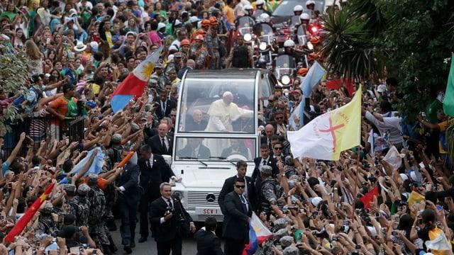 Papst Franziskus fährt im Papamobil durch die Menge.