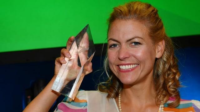 Susanne Regina Meures präsentiert stolz einen ihrer Trophäen: den First Steps Award 2016.