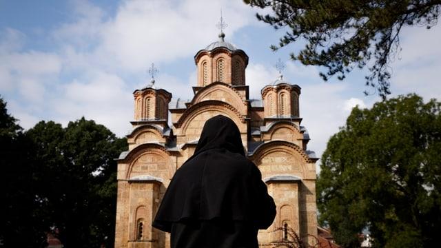Mönch vor Kloster.