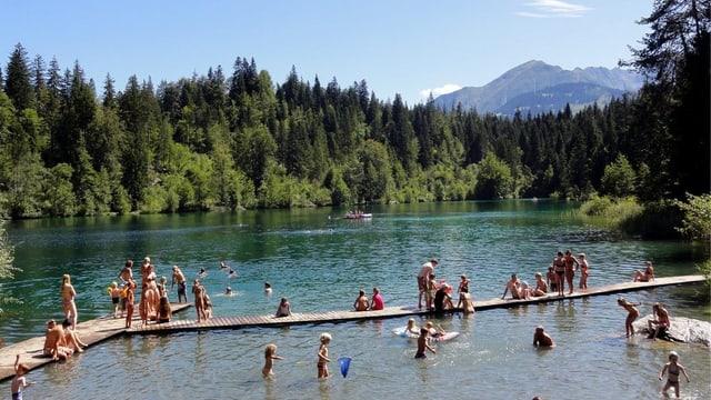 Badende vergnügen sich an einem schönen Sommertag im Crestasee.