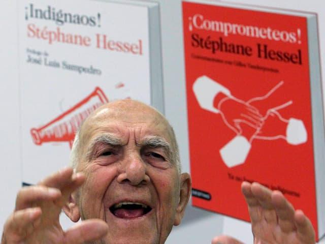 Stéphane Hessel vor zwei seiner spanischen Buchumschläge.