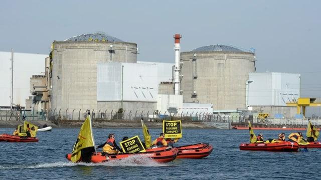 Greenpeace-Aktivisten protestieren auf Booten vor dem AKW.