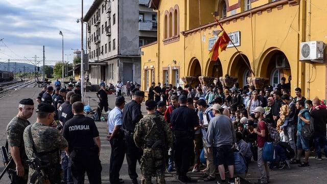 Fugitivs a la staziun da Gevgelija en la Macedonia.