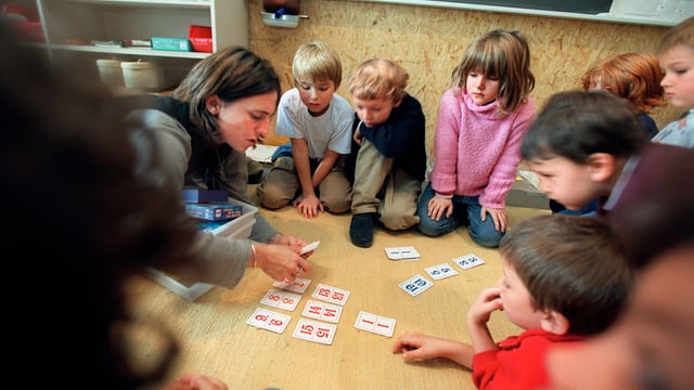 Kinder im Sitzkreis in der Primarschule.