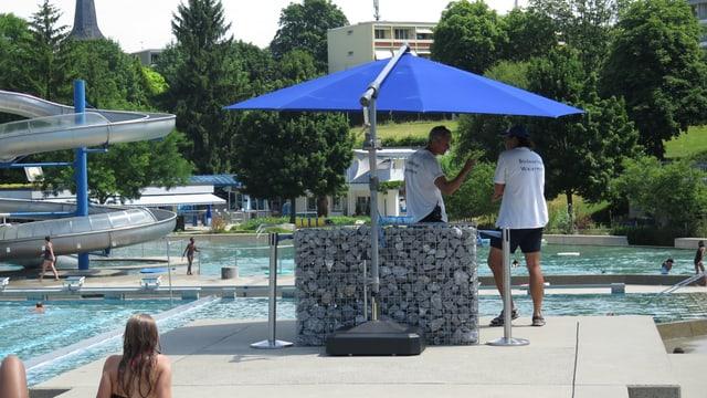 Zwei Bademeister vor Schwimmbecken