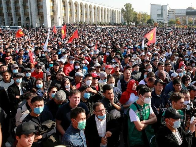 Eine Menschenmenge demonstriert vor dem Parlamentsgebäude in der Hauptstadt Bischkek