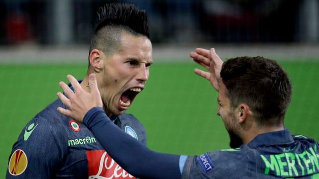 Marek Hamsik (sanester) celebrescha in da ses dus gols cun ses collega d'equipa Dries Mertens.