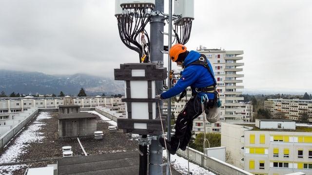 Monteur bei 5G-Antenne in Genf