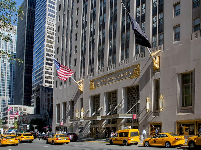 Gelbe Taxis vor dem Eingang des «Waldorf Astoria».