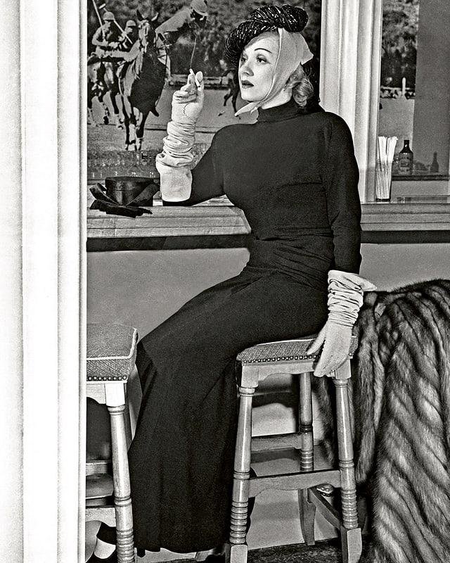 Marlene Dietrich wie gewohnt kühl und unnahbar.