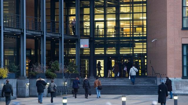 Das UBS-Verwaltungszentrum in Zürich-Altstetten. Vor allem solche Verwaltungsstellen werden nach Schaffhausen verlagert.