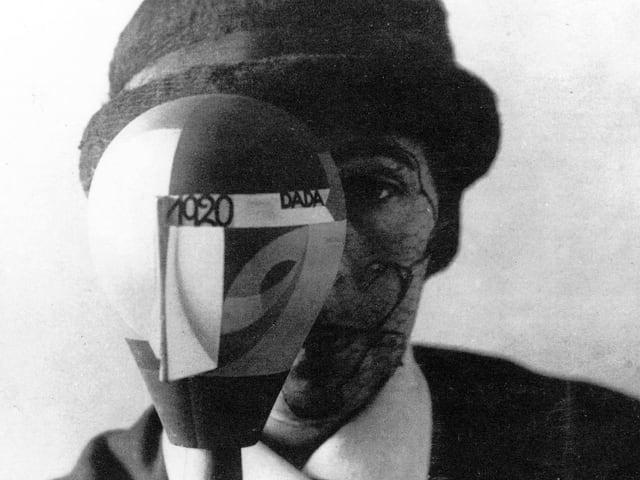 Sophie Taeuber Arp, durch ihren «Dada-Kopf» blickend.