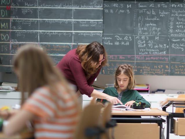 Eine Lehrerin mit einem Schüler.