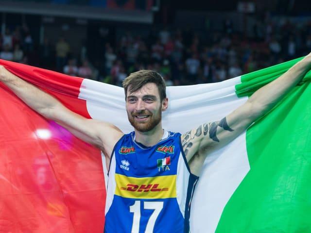 Simone Anzani posiert mit der italienischen Flagge.